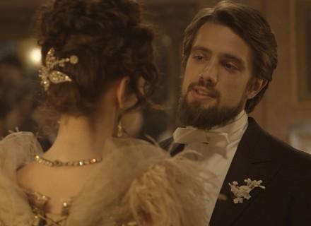 Felipe pede Melissa em casamento, e Lívia assiste a tudo