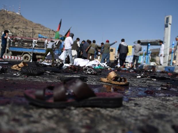 Sandálias de manifestantes afegãos vistos na cena de ataque suicida em ato em Cabul  (Foto: Wakil Kohsar/ AFP)