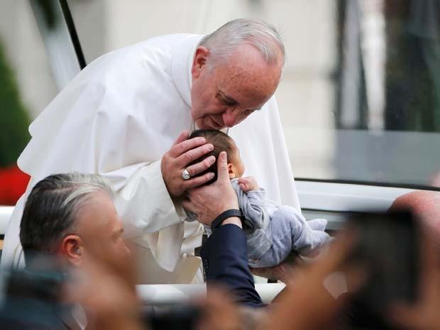 Papa Francisco beija bebê ao chegar de Papa Móvel no Independence Mall, na Filadélfia (Foto: REUTERS/Jim Bourg )