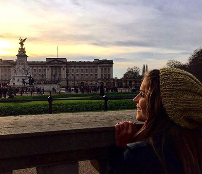 A atriz posa em frente a um dos pontos turísticos de Londres, o Palácio de Buckingham (Foto: Arquivo pessoal)