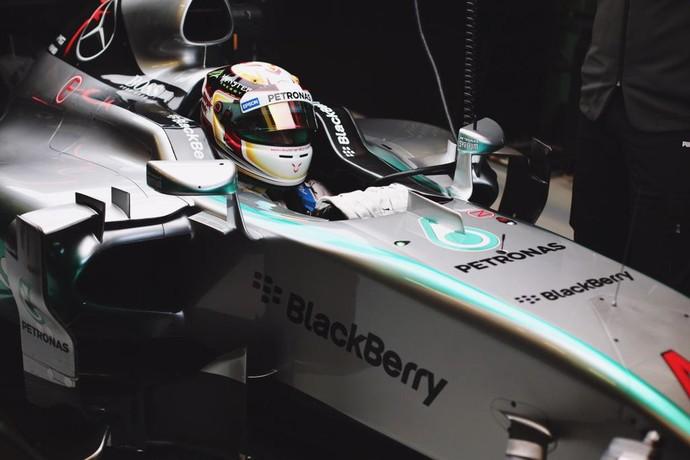 Lewis Hamilton dentro do carro da Mercedes no 1º dia de testes da Fórmula 1 em Barcelona (Foto: Reprodução)