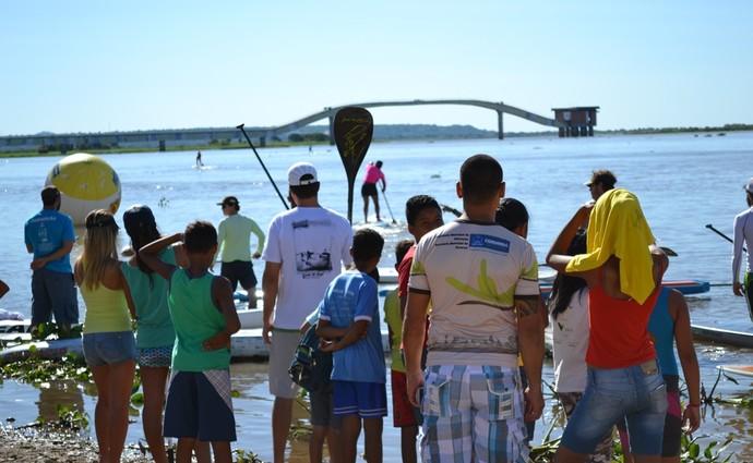 Crianças observam atletas do stand up paddle no rio Paraguai (Foto: Hélder Rafael)
