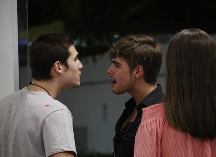 Léo flagra Zac e Yasmin juntos e faz o maior escândalo