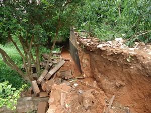 Houve desmoronamento de alguns muros na cidade. (Foto: Divulgação/Assessoria da prefeitura)