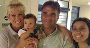 Que fofo! Xuxa paparica beb antes de gravao e lembra de Sasha