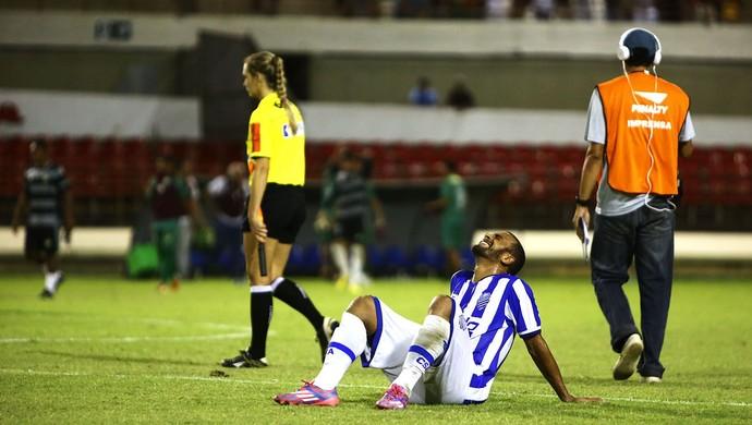 Rafael Granja desaba no gramado do Trapichão após a derrota para o Coruripe (Foto: Ailton Cruz/Gazeta de Alagoas)