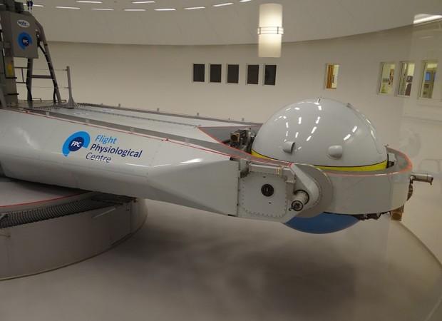 Centrífuga na base de Satenas, na Suécia, testa capacidade do piloto de caça de aguentar 9 vezes a força da gravidade (Foto: FAB)