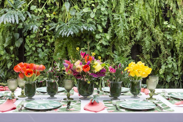 Mesa decorada para a primavera com flores, folhagens e estampas (Foto: Douglas Daniel)