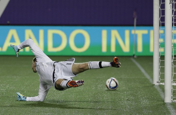 Clint Irwin gol do Kaká, Orlando City x Colorado Rapids (Foto: AP Photo / John Raoux)