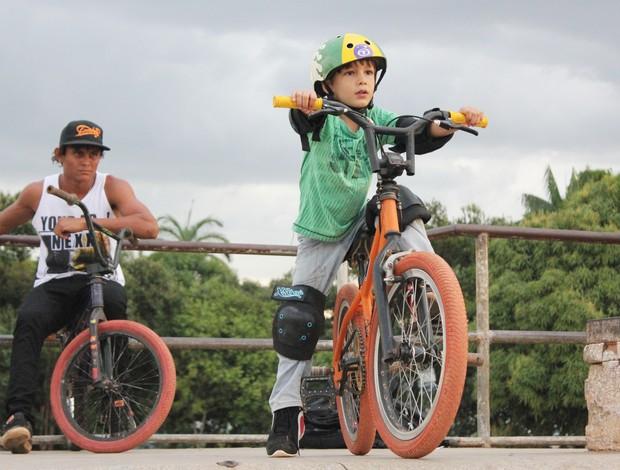 Pequeno Guilherme já anda de bicicleta como gente grande (Foto: Hugo Crippa/GLOBOESPORTE.COM)
