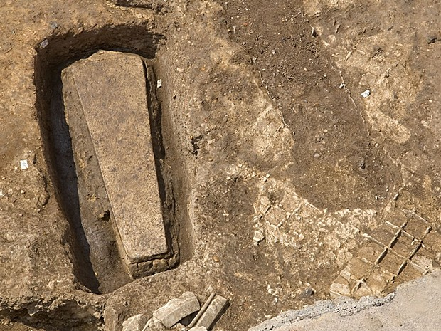 Caixão de pedra intacto é encontrado perto do esqueleto do rei Ricardo III (Foto: Universidade de Leicester)