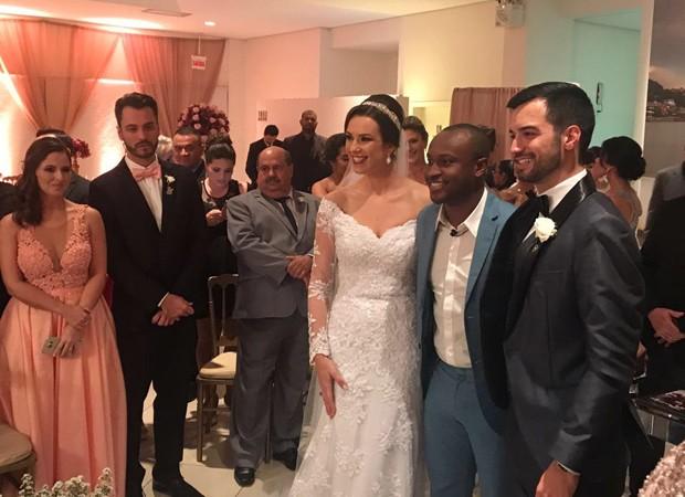 Thiaguinho com os noivos Duda e Bruno (Foto: Reprodução/Instagram)
