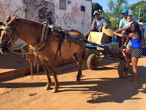 Moradores da Vila Madureira, no P.Sul, utilizam carro�a como t�xi (Foto: J�ssica Nascimento/G1)