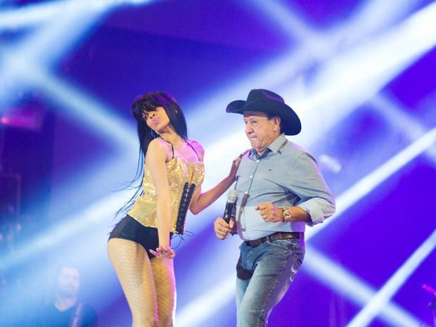 Creone entra na dança com bailarina no palco da arena em Barretos (Foto: Érico Andrade/G1)