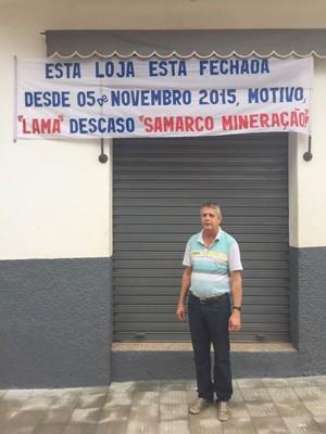 Geraldo Magela Carneiro diante de seu armarinho em Barra Longa, que ele diz estar fechado desde a lama da Samarco (Foto: Cida Alves/G1)