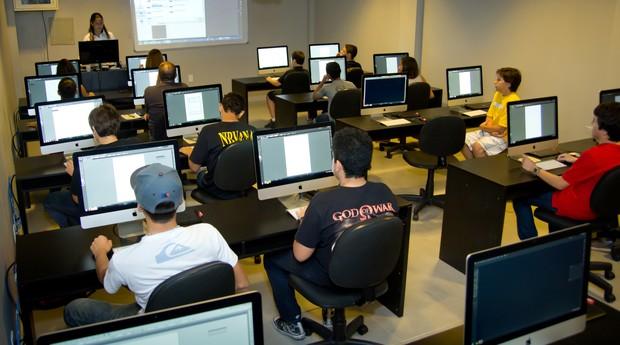 Sala de aula da Gracom, em Fortaleza, onde os alunos participam do curso Open CG, voltado à criação em computação gráfica (Foto: Divulgação)