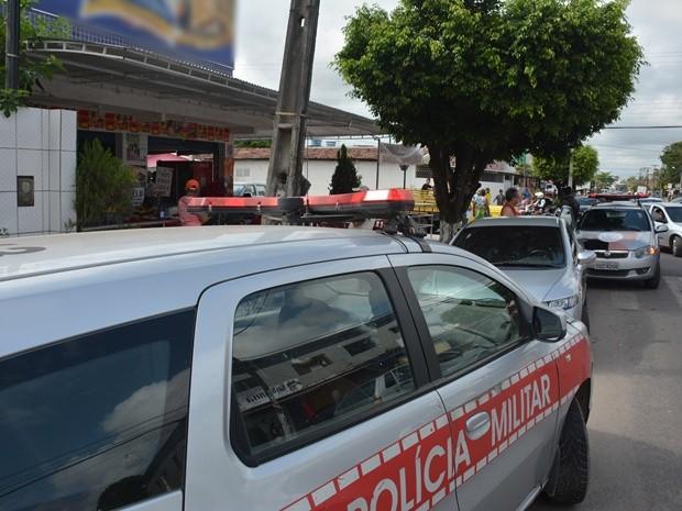 Marcas do tiroteio ficaram espalhadas por carros e muros no Geisel, em João Pessoa (Foto: Walter Paparazzo/G1)