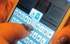 Unha postiça ajuda a digitar no smartphone (Daniela Braun/G1)