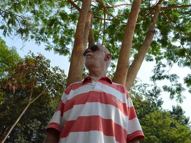 Paulo Pedrazzi junto a um angico plantado na Praça Sete de Setembro, em Ribeirão Preto (Foto: Fernanda Testa/G1)