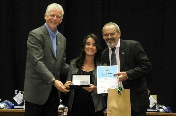 Maíra Gatto recebe prêmio da EPTC pela série Eu no Trânsito (Foto: Ivo Gonçalves/PMPA)