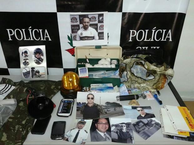 Polícia encontrou fotos do suspeito utilizando as fardas (Foto: Elton Rodrigues/ TV TEM)