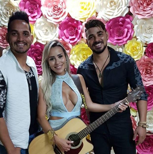 A ex-BBB Letícia Santiago com a dupla sertaneja Thiago e Daniel  (Foto: Reprodução/Instagram)