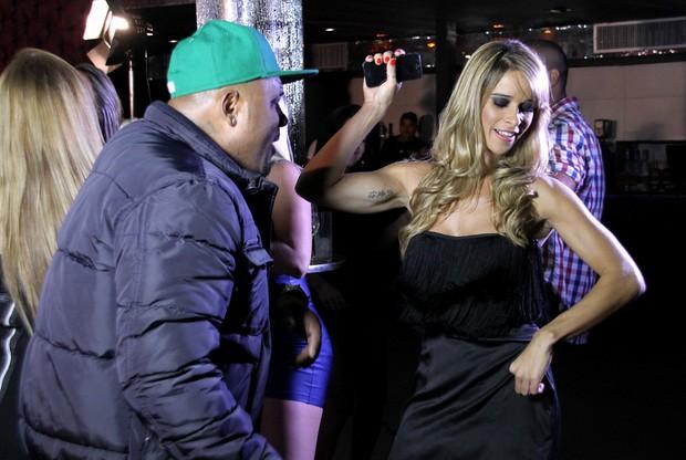 Dany Bananinha grava clipe com o funkeiro (Foto:  Daniel Pinheiro/R2 - Divulgação)