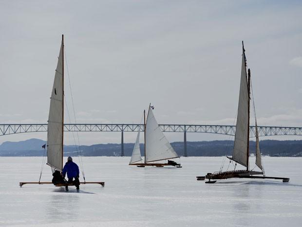 Barcos de gelo deslizam no rio Hudson congelado, nos EUA (Foto: Stan Honda/AFP)