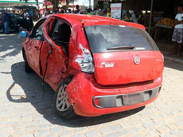 Carro em que estava a neta da deputada e a outras três vítimas do acidente em Cruz das Almas, Bahia (Foto: Site Forte da Notícia)