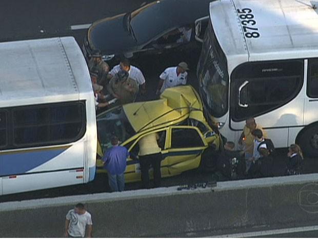 Táxi é imprensado por ônibus (Foto: Reprodução/TV Globo)