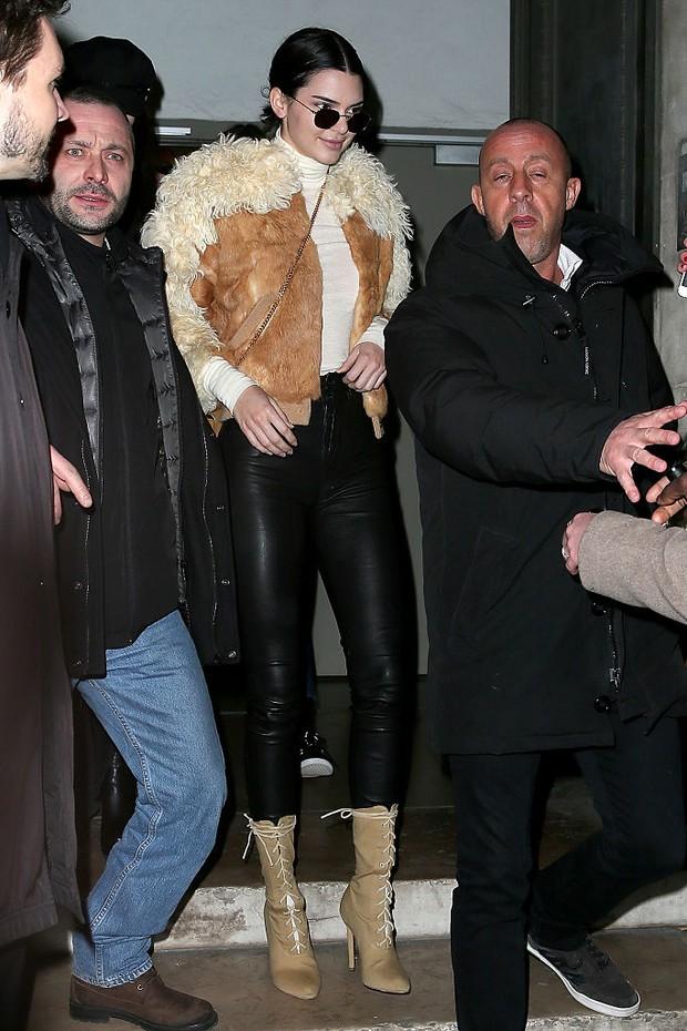 Kendall Jenner chega para o desfile da Givenchy em Paris (Foto: Getty Images)