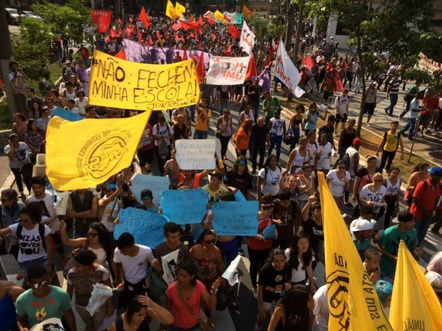 Faixas pedem que escolas não sejam fechadas em reestruturação de ensino (Foto: Carolina Dantas/G1)