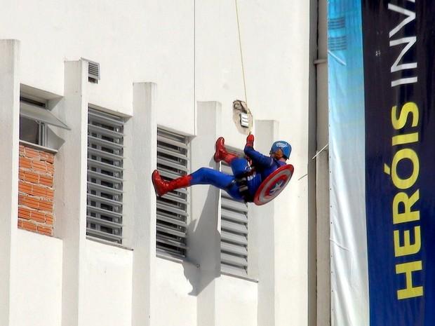 Capitão-América faz rapel em hospital de Piracicaba (Foto: Eduardo Marins/EPTV)