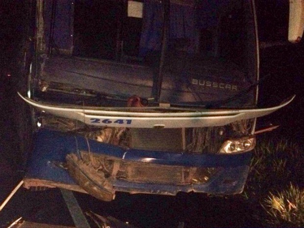 Ônibus bateu na traseira de caminhão e um trabalhador morreu no acidente (Foto: Lucas Carvalho/ MT Esporte)