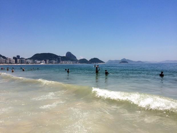Praia de Copacabana tinha mar claro neste sábado (Foto: Lívia Torres/G1)