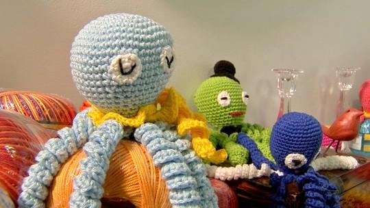 Voluntárias fazem polvos de crochê para doar a bebês prematuros em Cuiabá