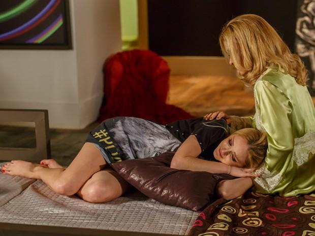 Megan chora por Davi e Pam a consola (Foto: Artur Meninea/TV Globo)