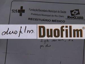 Ao mostrar o receituário, farmacêutico entregou o remédio Duofilm (Foto: Cesar Fontenelle/EPTV)