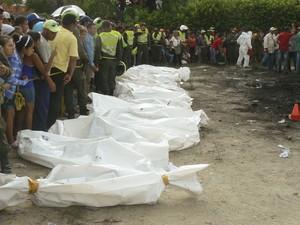 Corpos das vítimas são identificados através de exames de arcada dentária, em Barranquilla (Foto: Reuters/Stringer)