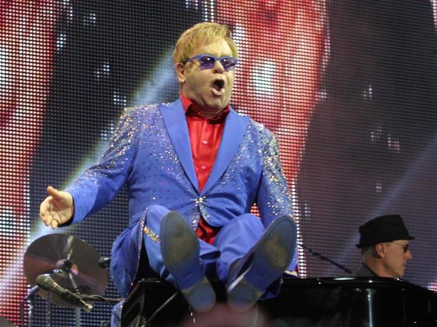 Elton John sentado no piano (Foto: Mateus Baranowski/G1)