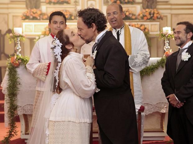 Celinha se casa com roupa de coroinha (Foto: Lado a Lado/TV Globo)