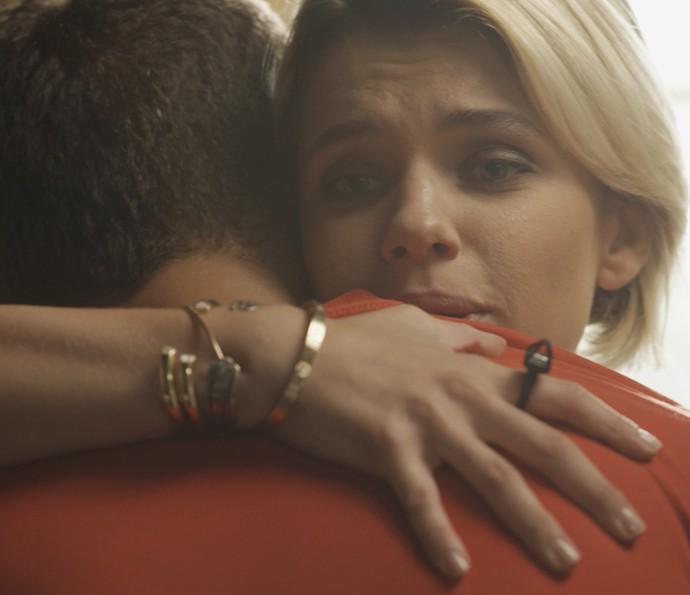 A loira o aconselha a pensar bem (Foto: TV Globo)