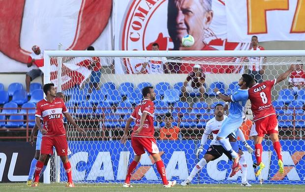 Bola na grande área regatiana e a zaga alvirrubra rebate (Foto: Ailton Cruz/ Gazeta de Alagoas)