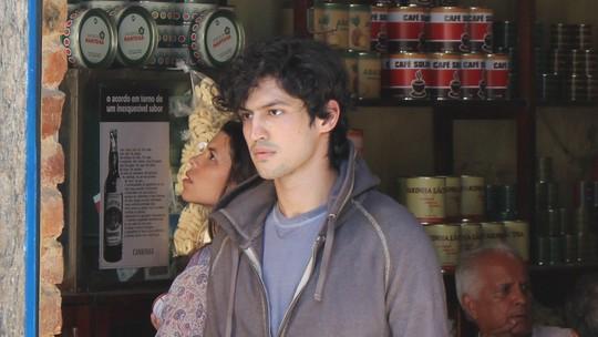 Gustavo se assusta ao ver cartaz de 'procurado' com a sua foto