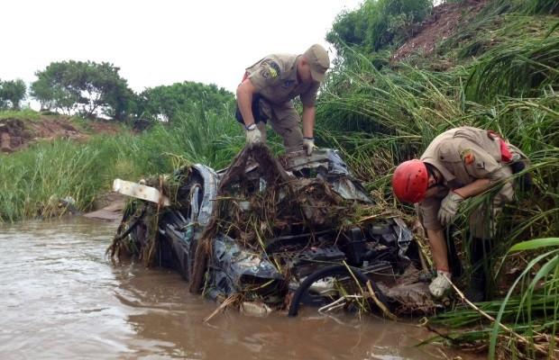 Carro encontrado no leito do Córrego Cascavel, em Goiânia (Foto: John William/ TV Anhanguera)