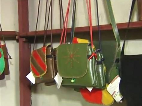 Um produto que é transformado em bolsas e vários outros produtos artesanais (Foto: Amazônia Tv)