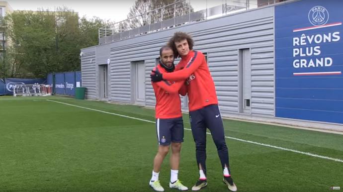 """BLOG: Precisão! David Luiz e Lucas """"empatam"""" em disputa de chute ao alvo no PSG"""