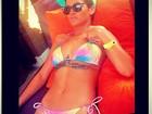 De biquíni, Rihanna usa chapéu estampado com folhas de maconha
