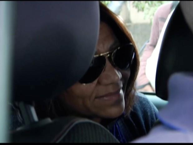 Vereadora eleita Linda Mara chegou em meio a confusão à sede da PF em Campos (Foto: Paulo Veiga/Inter TV)