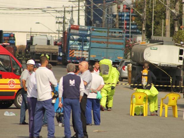 Área de explosão foi isolada e fábrica, evacuada (Foto: Vitor Fontes/Futura Press/AE)